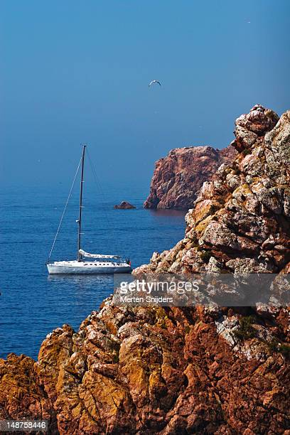 yacht and rocky cliff. - merten snijders stock pictures, royalty-free photos & images