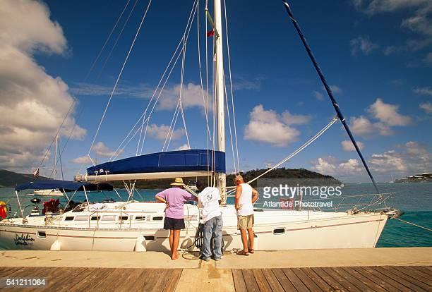 yacht at saba rock - islas de virgin gorda fotografías e imágenes de stock