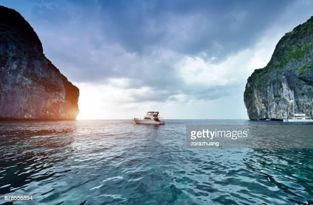 iate ao pôr do sol, ilhas phi phi, tailândia - catamaran sailing - fotografias e filmes do acervo