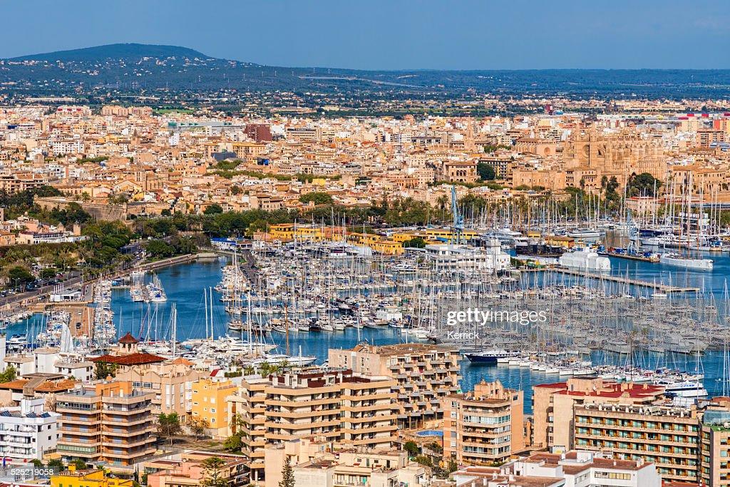 Porto de iates e vista para a cidade de Palma de Maiorca : Foto de stock