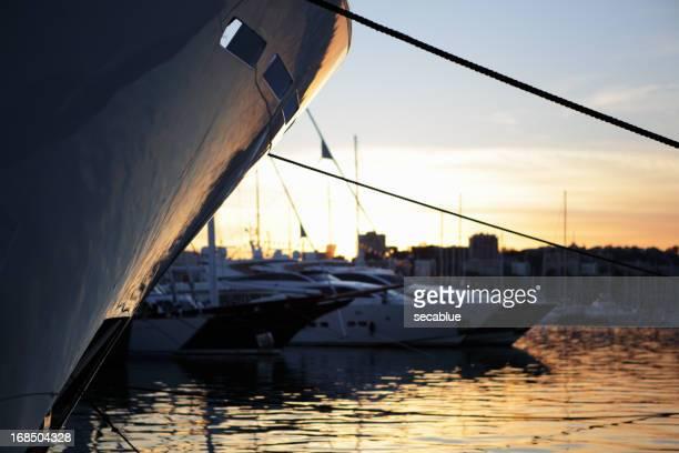 Yacht hull contre ciel coucher de soleil