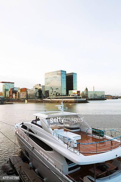 yacht in media harbor - medienhafen stock-fotos und bilder