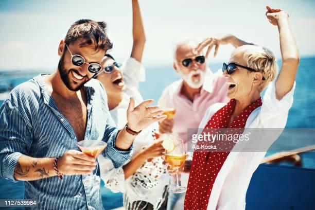 yacht-partei. - kreuzfahrt stock-fotos und bilder