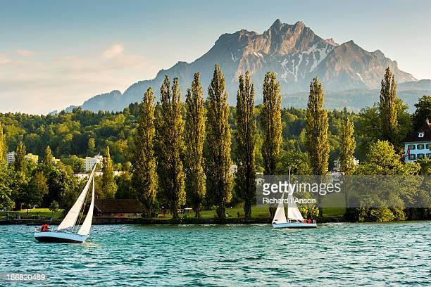 yachts on lake lucerne & mt pilatus - ルツェルン ストックフォトと画像