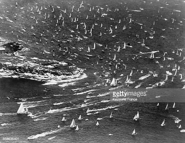 52 yachts se sont elances pour les regates annuelles entre Sydney et Hobart le 2 janvier 1966 à Sydney Australie