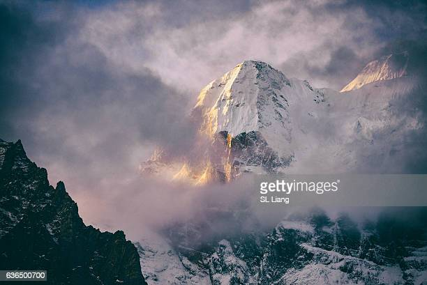 yading nature reserve in china. snowy mountain illuminated by the sunlight - china oost azië stockfoto's en -beelden