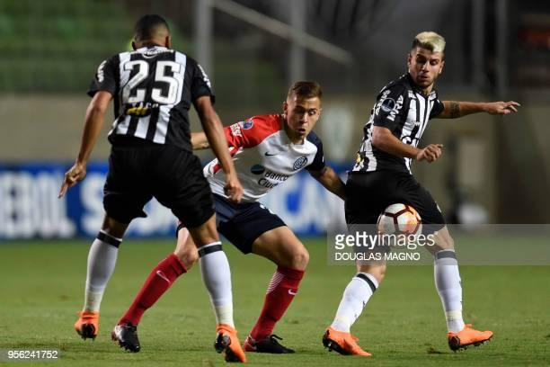 Yago and Tomas Andrad of Brazil's Atletico Mineiro vies for the ball with Robert Ayrton Piris da Mottao of Argentina's San Lorenzo during their 2018...