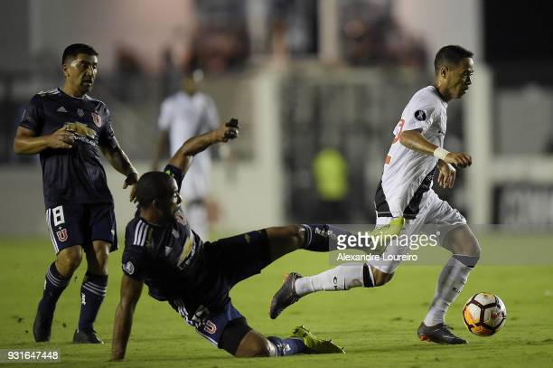 Yago Pikachu of Vasco da Gama struggles for the ball with Beausejour of Universidad de Chile during a Group Stage match between Vasco and Universidad...