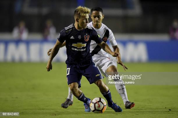 Yago Pikachu of Vasco da Gama struggles for the ball with Yeferson Soteldo of Universidad de Chile during a Group Stage match between Vasco and...