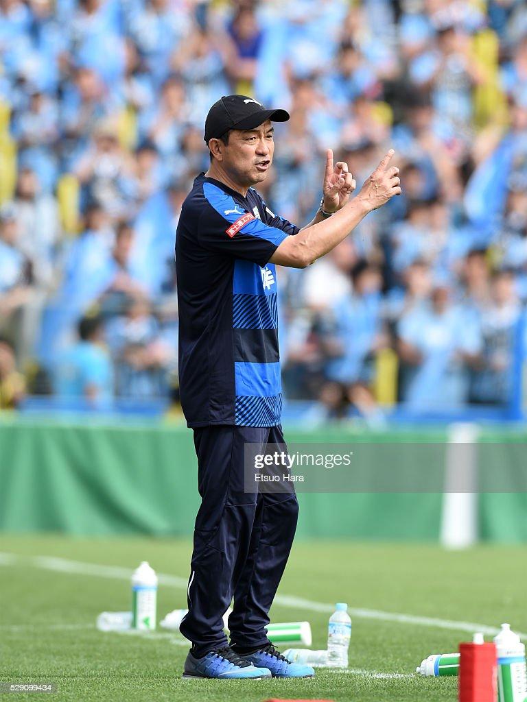 Yahiro Kazama,coach of of Kawasaki Frontale gestures during the J.League match between Kashiwa Reysol and Kawasaki Frontale on May 08, 2016 in Kashiwa, Chiba,Japan.