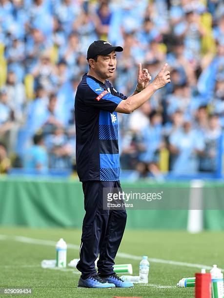 Yahiro Kazama,coach of of Kawasaki Frontale gestures during the J.League match between Kashiwa Reysol and Kawasaki Frontale on May 08, 2016 in...