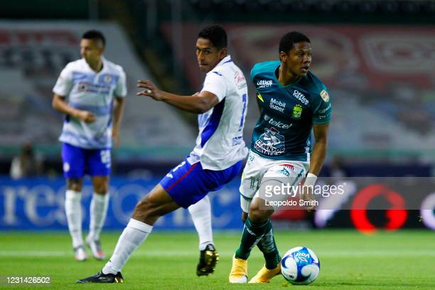 Yairo Moreno of Leon competes for the ball with Luis Romo of Cruz Azul during the 8th round match between Leon and Cruz Azul as part of the Torneo...