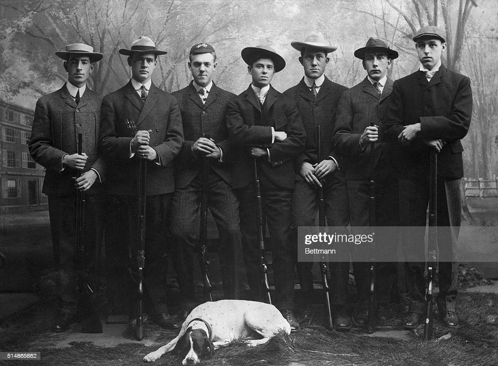 Yale Rifle Team In Full Length Pose : ニュース写真