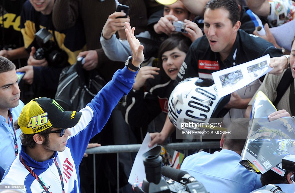 Yamaha Italian driver Valentino Rossi salutes supporters at Le Mans circuit on May 21, 2010, two days ahead of the MotoGP French Grand Prix.