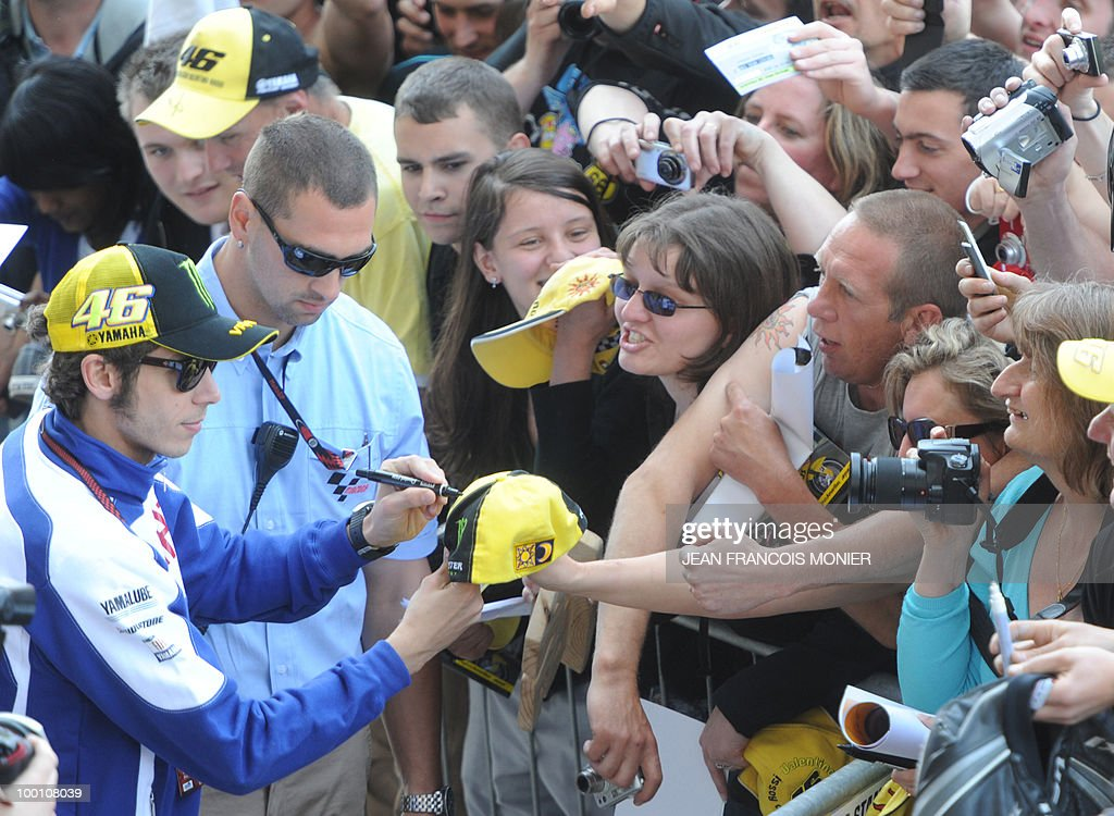Yamaha Italian rider Valentino Rossi signs autographs at Le Mans circuit on May 21, 2010, two days ahead of the MotoGP French Grand Prix.
