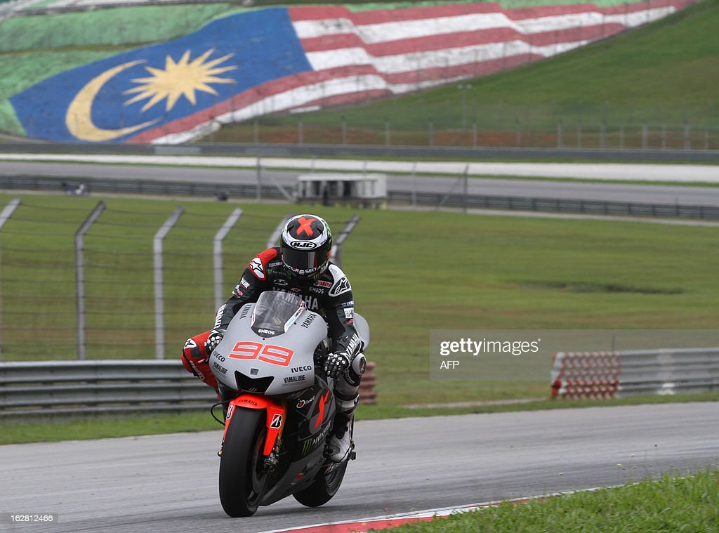 Yamaha MotoGP rider Jorge Lorenzo of Spain approaches turn four on the third day of the pre-season MotoGP test session at the Sepang circuit outside Kuala Lumpur on February 28, 2013. AFP PHOTO / Peter LIM