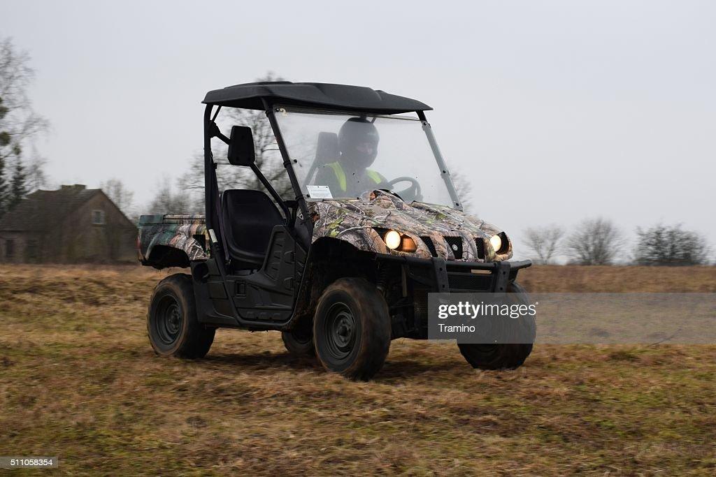 Yamaha Rhino 660 por la carretera tierra : Foto de stock