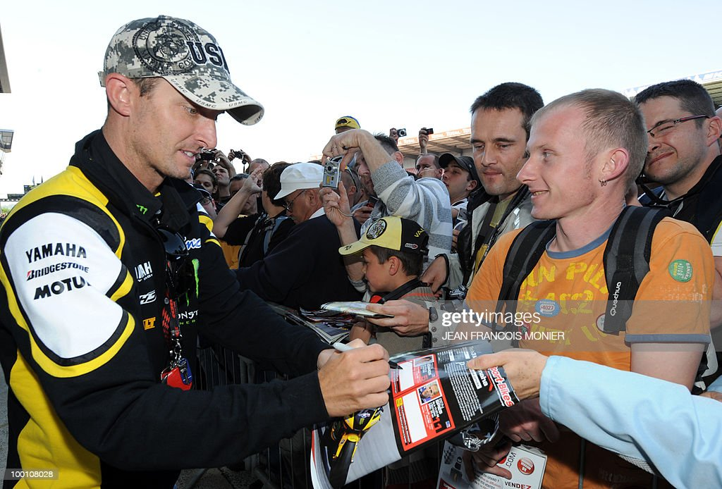 Yamaha Tech3's US rider Colin Edwards signs autographs at Le Mans circuit on May 21, 2010, two days ahead of the MotoGP French Grand Prix.