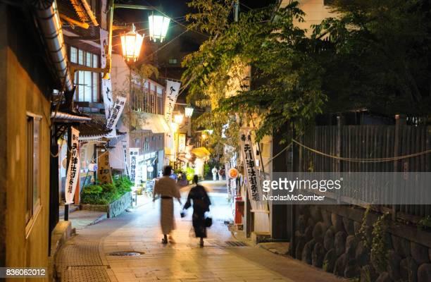 夜水平バージョンで山ノ内町のストリート シーン - 温泉 ストックフォトと画像