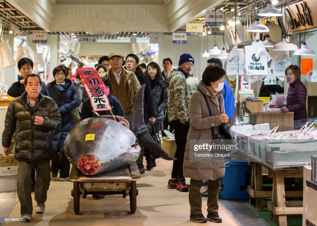 Tsukiji Fish Market Holds First Auction For 2018 : ニュース写真