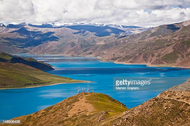 yamdrok yumtso holy lake. - merten snijders stock pictures, royalty-free photos & images