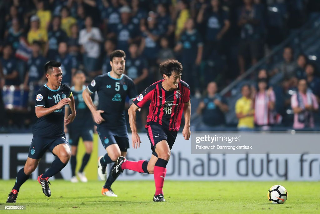 Yang Dong-Hyun #18 of Cerezo Osaka (R) runs with the ball during the AFC Champions League Group G match between Buriram United Football Club and Cerezo Osaka at Thunder Castle on March 6, 2018 in Buriram, Thailand.
