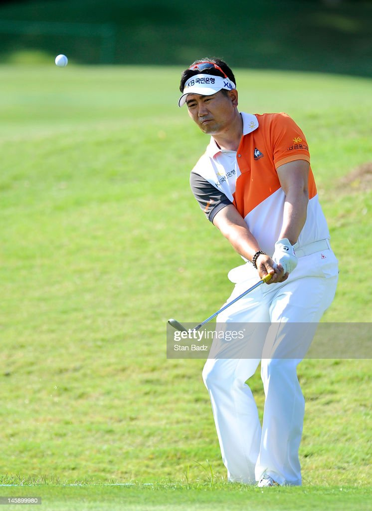 Y E  Yang of South Korea chips onto the ninth green during