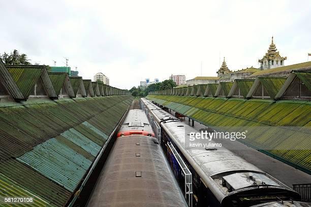 yangon central railway station - retreating ストックフォトと画像