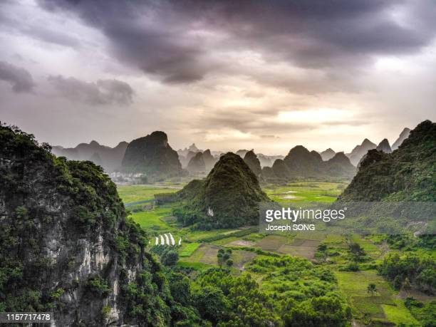 yangshuo karst landform - formación karst fotografías e imágenes de stock