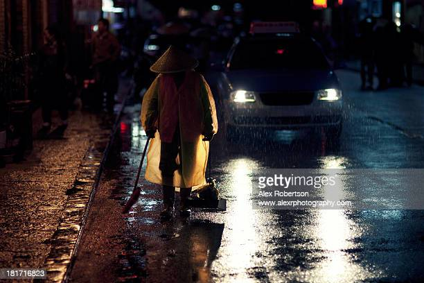 yangshuo street sweeper at night - street sweeper stock pictures, royalty-free photos & images