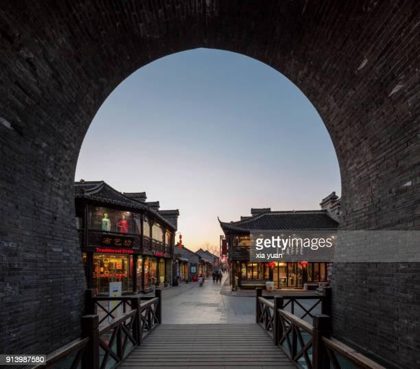 yangzhou's old city seen from old city gate,china - yangzhou foto e immagini stock