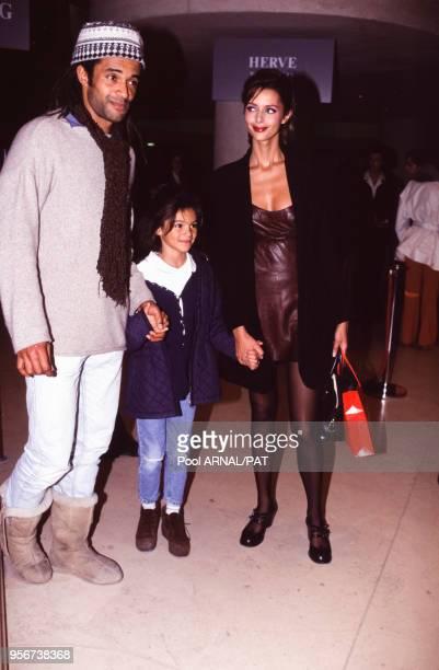 Yanick Noah avec sa fille et Heather Stewart-Whyte lors du défilé Hervé Leger, Prêt-à-Porter, collection Automne-Hiver 1995-96 à Paris en mars 1995,...