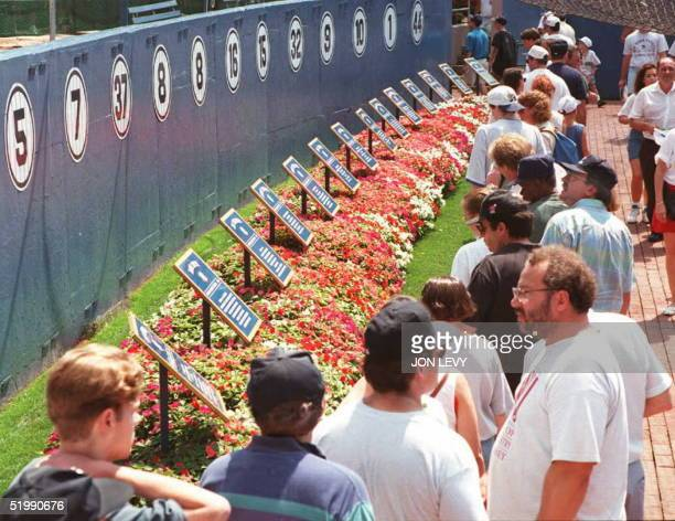 Yankee fans pay their final respects to Mickey Mantle in front his number '7' plaque on the Yankee stadium 'Wall of Fame' 13 August in New York...