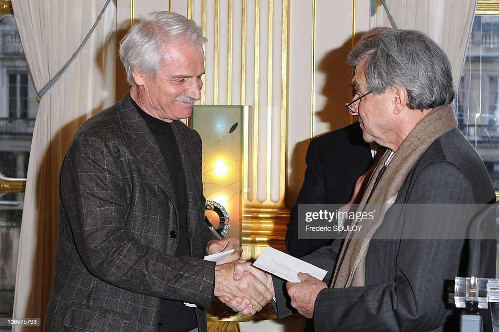 French photographer Yann Arthus Bertrand receives the Georges Pompidou Prize by French former Prime Minister Edouard Balladur at the Culture Ministry in Paris, France on March 19, 2008. : News Photo