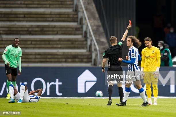 Yann Sommer of Borussia Moenchengladbach get the red card by referee Patrick Itrich during the Bundesliga match between Hertha BSC and Borussia...