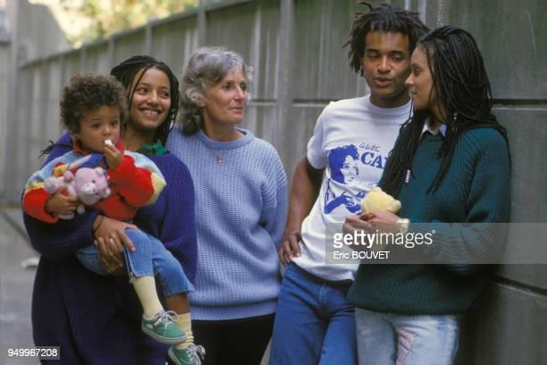 Yannick Noah avec sa mère Marie-Claire, sa soeur Nathalie et son fils Joakim lors du tournage d'un videoclip pour l'association Care France le 11...