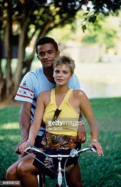 Yannick Noah avec son épouse Cécilia en Floride le 2 avril 1984 EtatsUnis