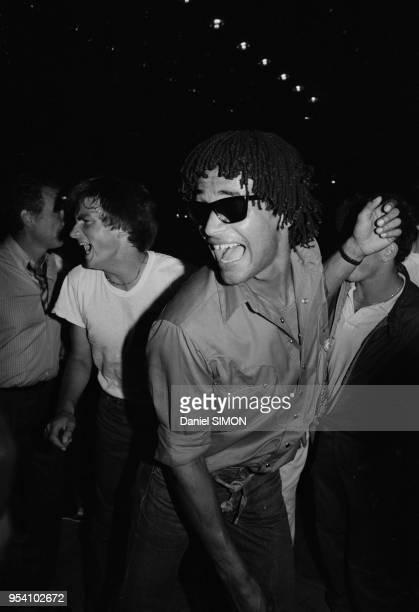 Yannick Noah célèbre sa victoire en Coupe Davis dans une discothèque d'AixenProvence le 4 octobre 1982 France