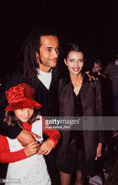 Yannick Noah et Heather StewartWhyte et leur fille au défilé Hervé Léger PrêtàPorter Collection Printempsété 1997 à Paris en octobre 1996 France