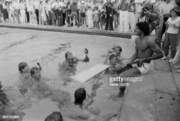 Yannick Noah et Henri Leconte célèbrent leur victoire au champagne dans une piscine lors de la Coupe Davis à AixenProvence le 30octobre 1982 France