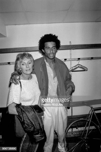 Yannick Noah et sa mère Marie-Claire Noah lors d'une vente aux enchères à Paris en avril 1986, France.