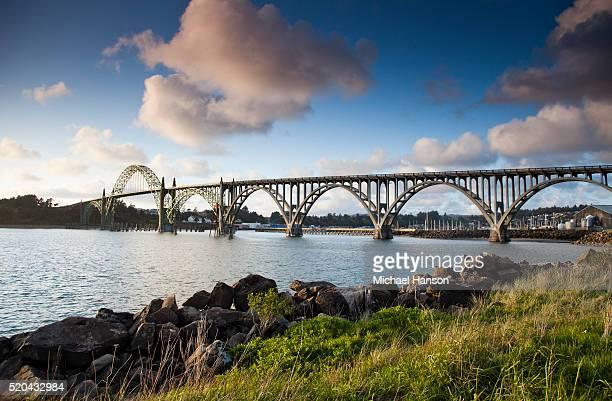 yaquina bay bridge, newport, oregon, usa - ponte ad arco foto e immagini stock