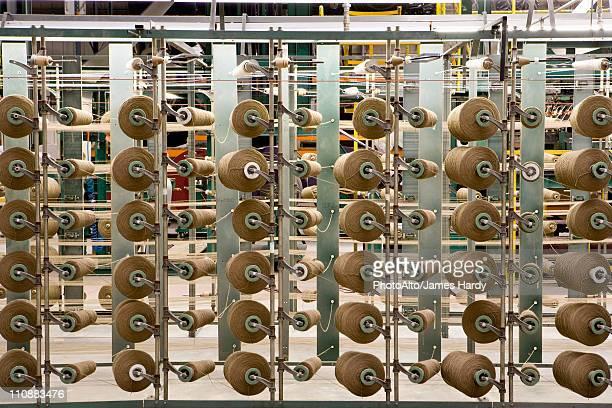 yarn spools on carpet weaving machine - fábrica têxtil imagens e fotografias de stock
