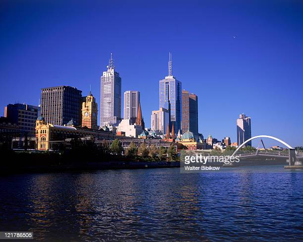 yarra river and skyline, melbourne, aus - capital cities stock pictures, royalty-free photos & images