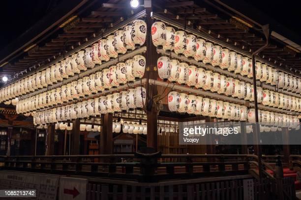 yasaka-shrine (八坂神社, yasaka jinja) at night, kyoto, japan - vsojoy stock pictures, royalty-free photos & images