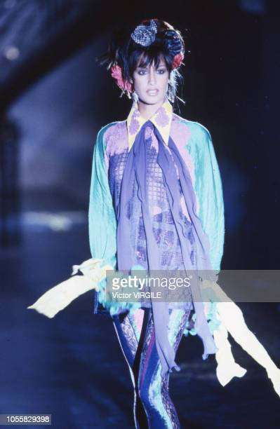 Yasmeen Ghauri walks the runway at the Versace Haute Couture Fall/Winter 19931994 fashion show during the Paris Fashion Week in July 1993 in Paris...