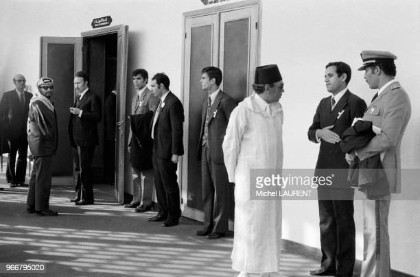 Yasser Arafat et Houari Boumédiène à gauche et le roi Hassan II du Maroc à droite avec le général marocain Ahmed Dlimi lors de la conférence des...