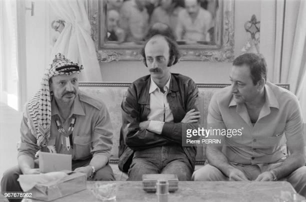 Yasser Arafat le leader druze Walid Joumblatt et Nabih Berri leader du mouvement chiite Amal lors d'une réunion avant le départ du leader palestinien...