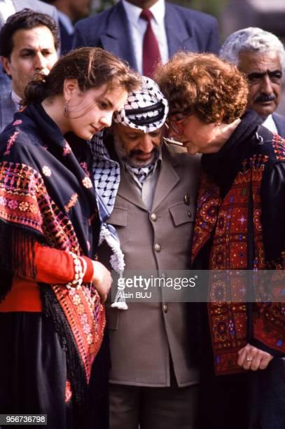 Yasser Arafat lors d'une visite au cimetière sur le tombe de Mahmoud Al Hamchari ancien représentant de lOLP en France le 4 mai 1989 à Paris France