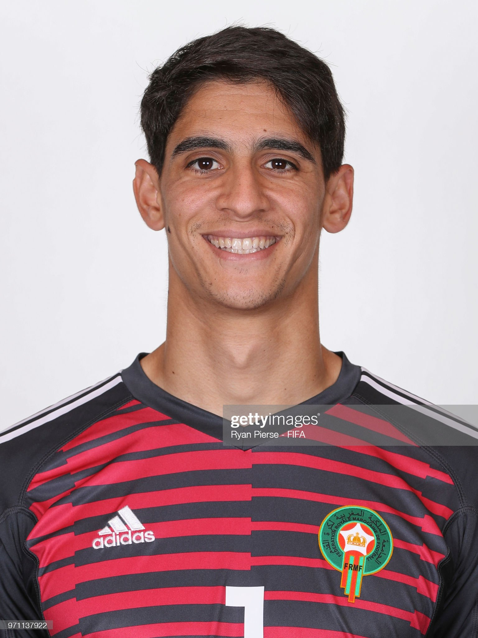 Norteafricanos Yassine-bounou-of-morocco-poses-during-the-official-fifa-world-cup-picture-id971137922?s=2048x2048